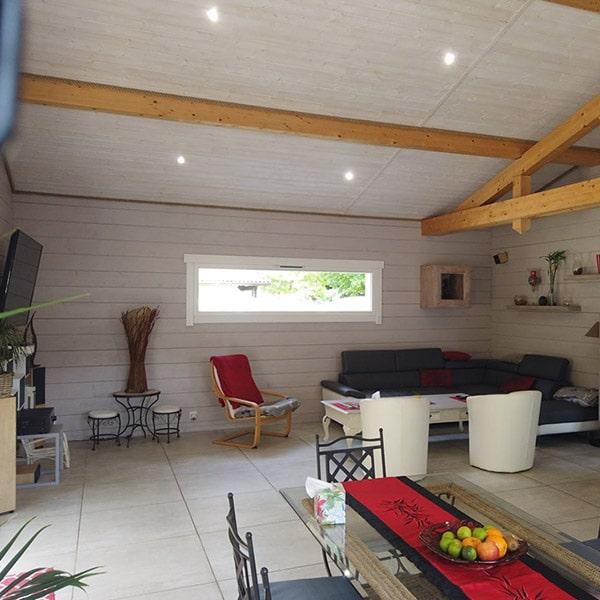salon avec sol en dalles dans une maison autoconstruite en gironde