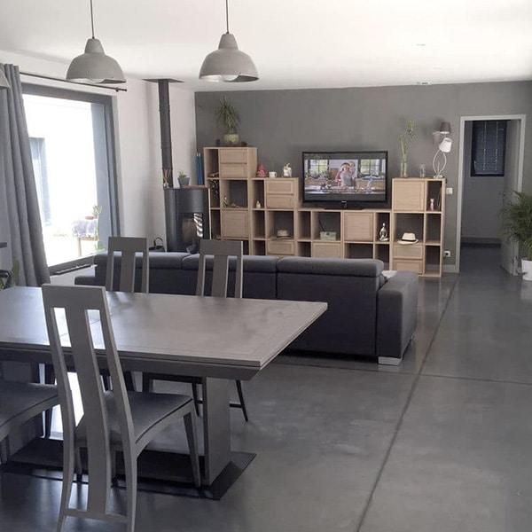 séjour avec étagere, television et table à manger dans maison bois près de Bordeaux