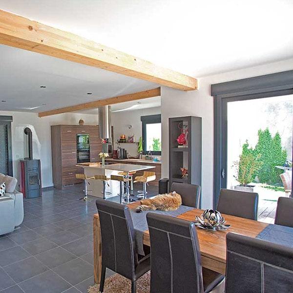 salon ouverte avec chauffage dans maison bois