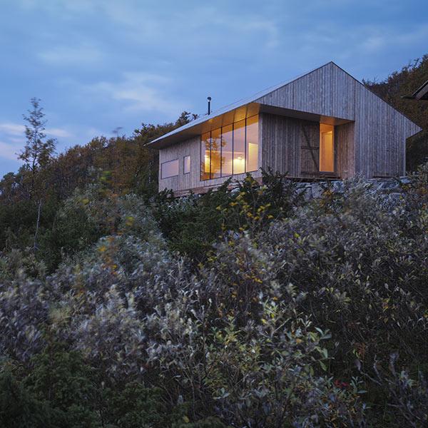 maison en bois isolée dans la montagne