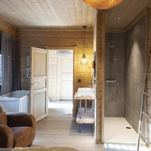idée de design pour une belle salle de bain d'un chalet bois