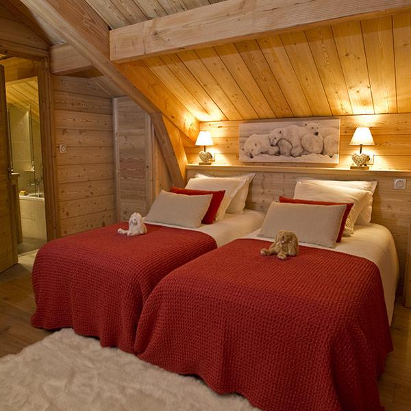 chambre des parents en bois dans chalet dans une station de ski à la montagne