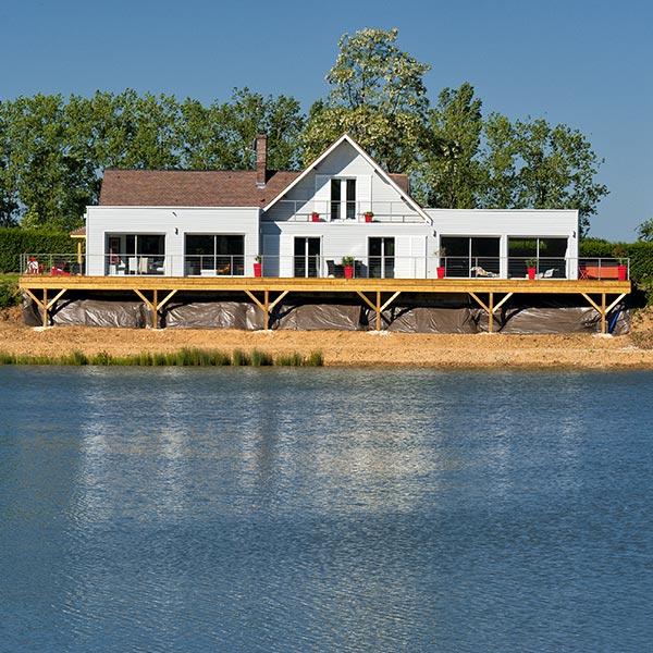 une maison en parpaing au bord d'un lac