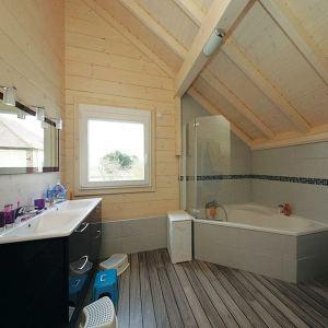 salle de bains moderne avec baignoire dans maison bois