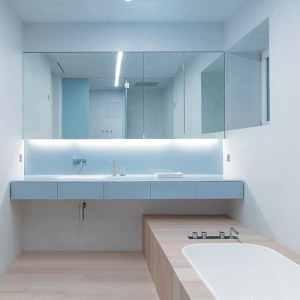 salle de bains avec parquet dans maison bois