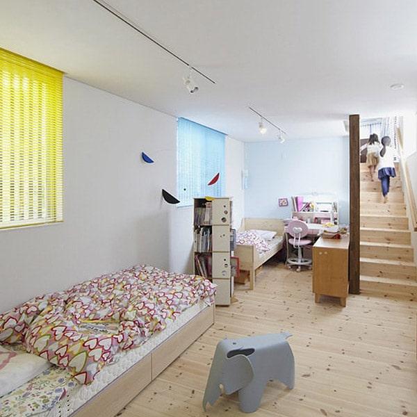 chambre à coucher au parquet dans maison bois