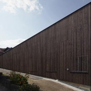maison bois moderne inclinée au Japon