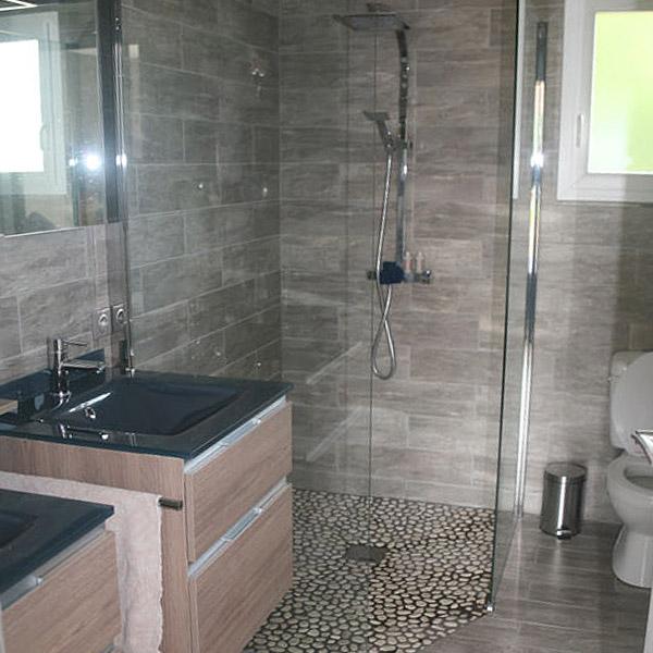 salle de bains au pierre d'une maison bois en Gers