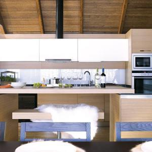 cuisine ouverte en bois dans maison bois en Finelande