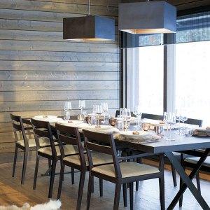 Salle à manger en bois dans maison confortable en bois