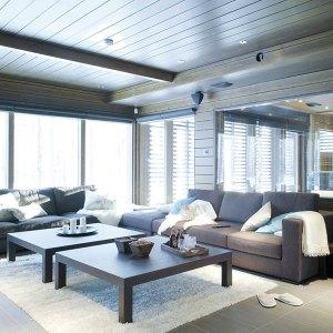 salle de séjour confortable dans maison bois enneigé