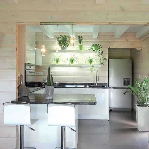cuisine ouverte blanche d'une maison bois familial