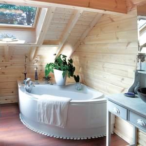 salle de bains avec baignoire dans maison bois massif