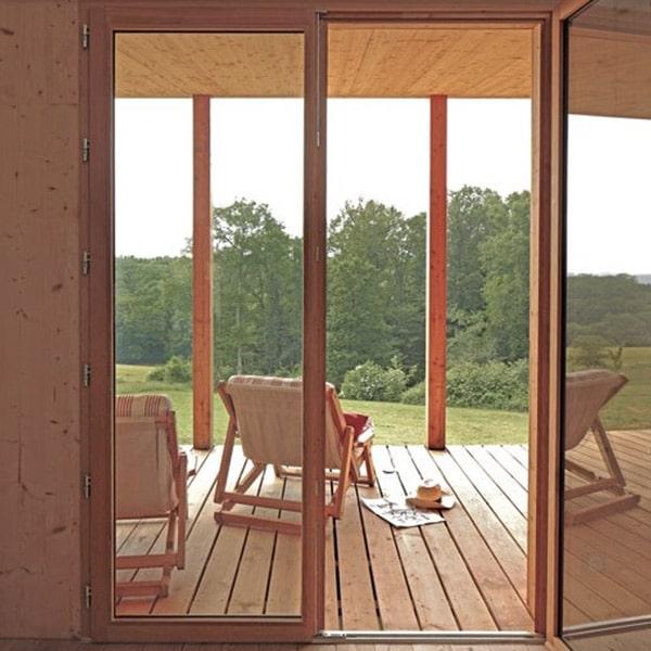 terrasse en bois d'une maison dans la nature