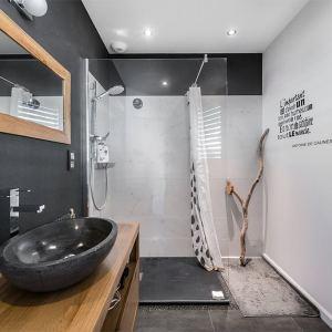 salle de bains au pierre dans petite maison bois