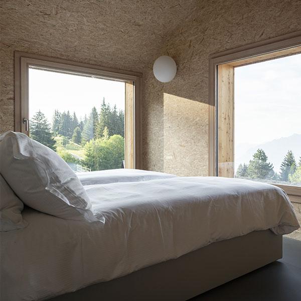 C'est le paysage qui influence et façonne les espaces, comme dans cette chambre avec une vue magnifique © Micha Riechsteiner