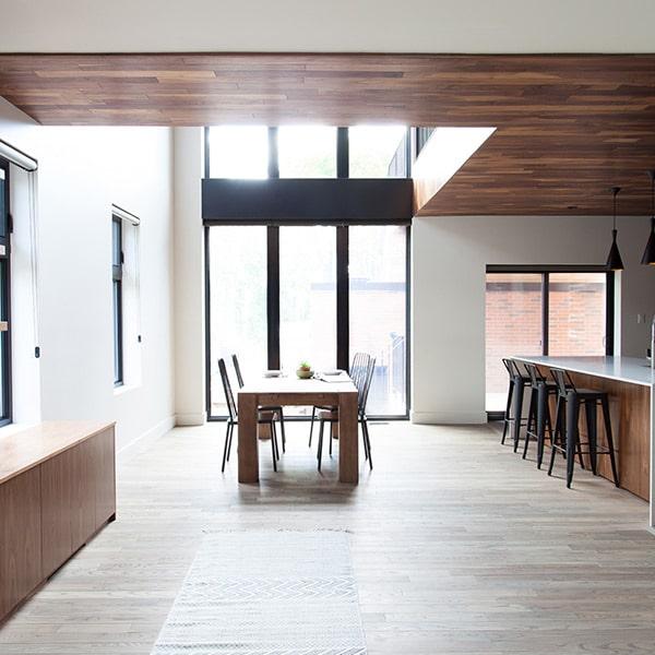 salon ouverte avec cuisine moderne et parquet