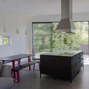cuisine moderne noire ouverte dans maison bois au Royaumen Uni