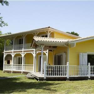 maison familiale jaune avec jardin près de Bordeaux