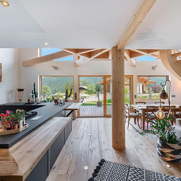 cuisine moderne ouverte dans maison bois