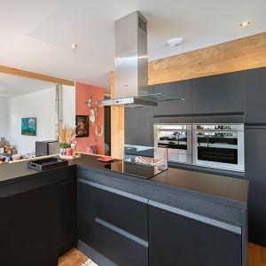 cuisine moderne ouverte noire