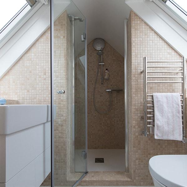 douche dans étage supérieur dans maison bois en Angleterre