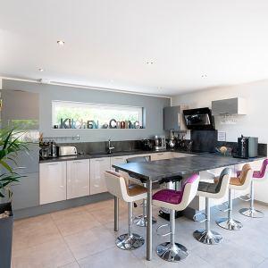 cuisine moderne et ouverte dans maison bois