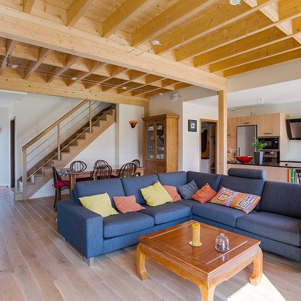 salle de séjour avec escalier en bois