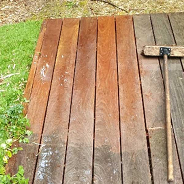 Le bois peut être nettoyé avec un balai et le bon produit.