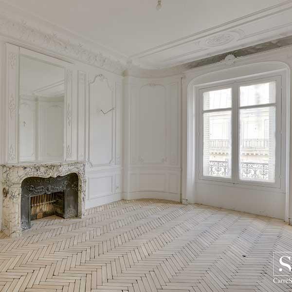 salon traditionnel avec cheminée