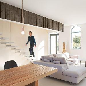 salle de séjour avec escaliers dans maison bois