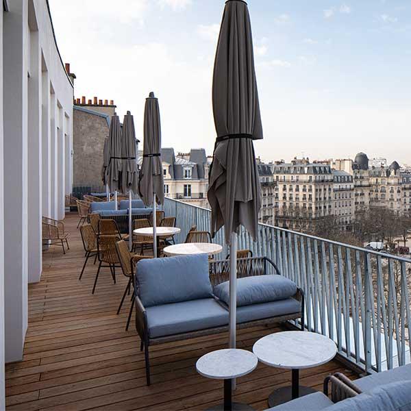 terrasse en bois d'un auberge jeunesse à Paris