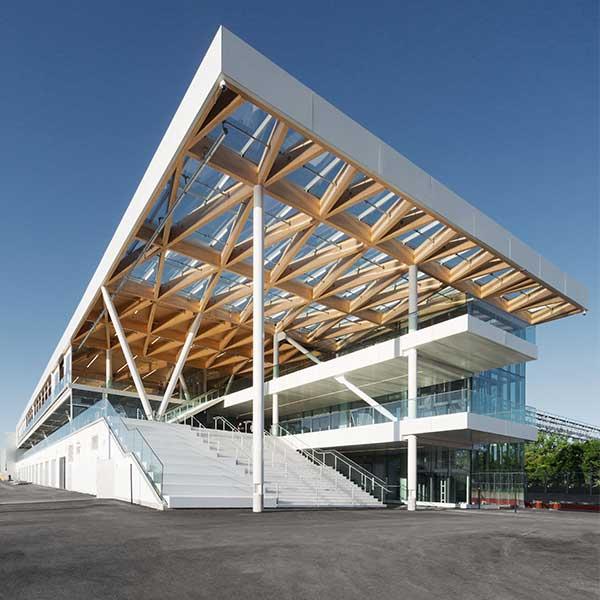 paddock du formule 1 avec plafond en bois