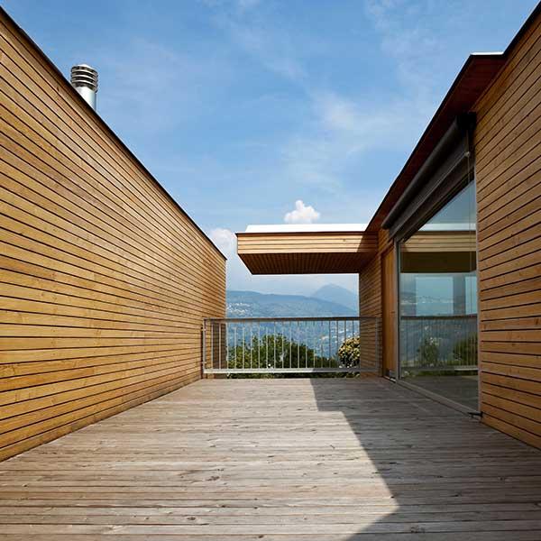 maison bois avec un terrasse en bois dans les montagnes