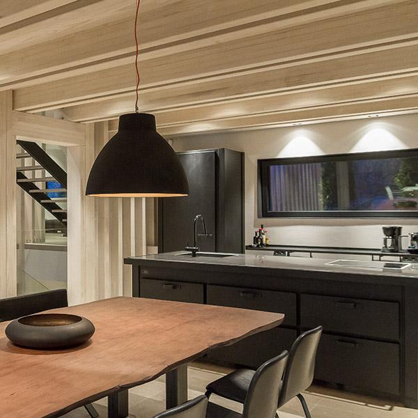 cuisine noire dans villa bois