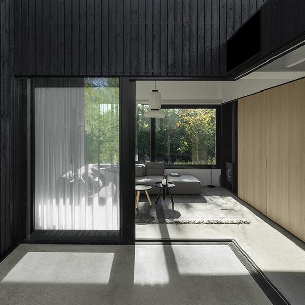 Maison bois noire familiale originale aux Pays-Bas