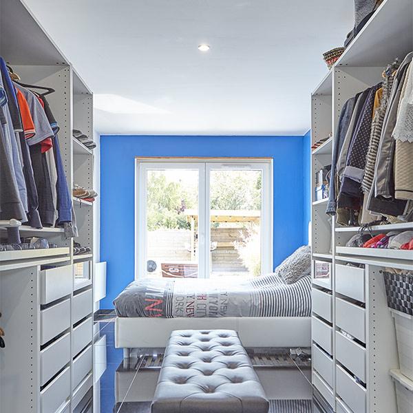 chambre des parents avec armoire ouverte