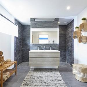 salle de bains avec pierres