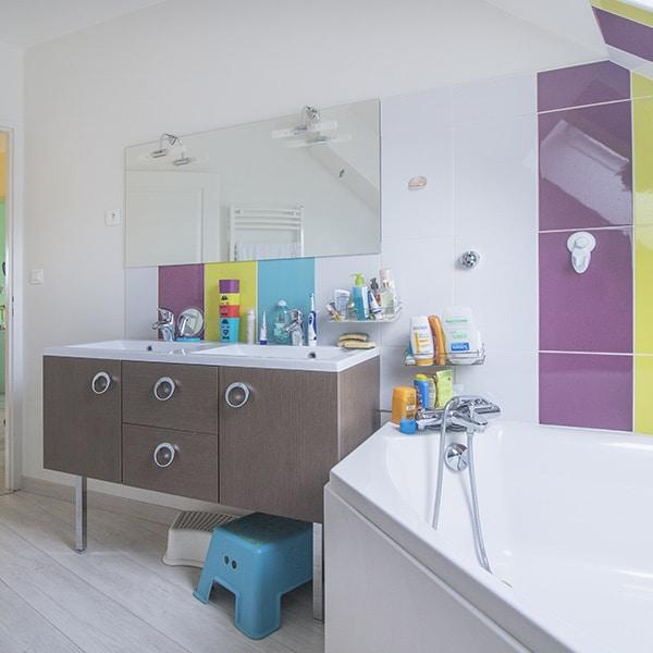 une salle de bain colorée pour enfants avec une baignoire