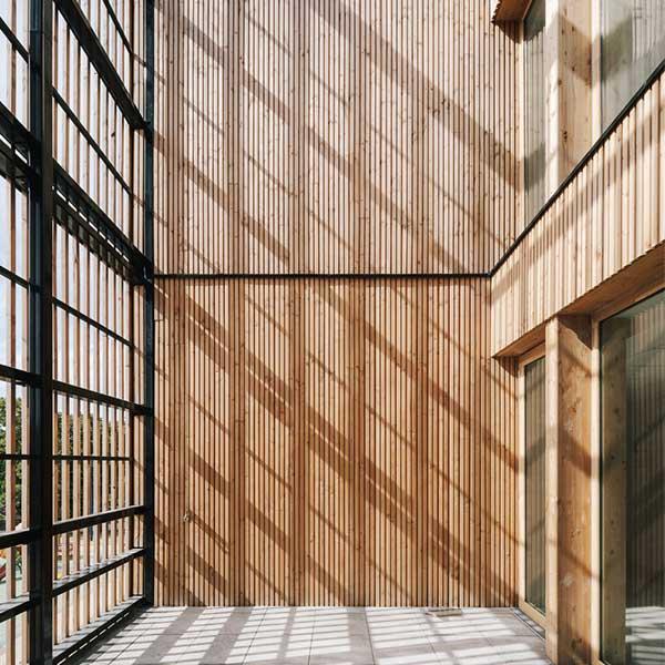 Intérieur bois de l'école Simone de Beauvoir à Drancy © Charly Broyez