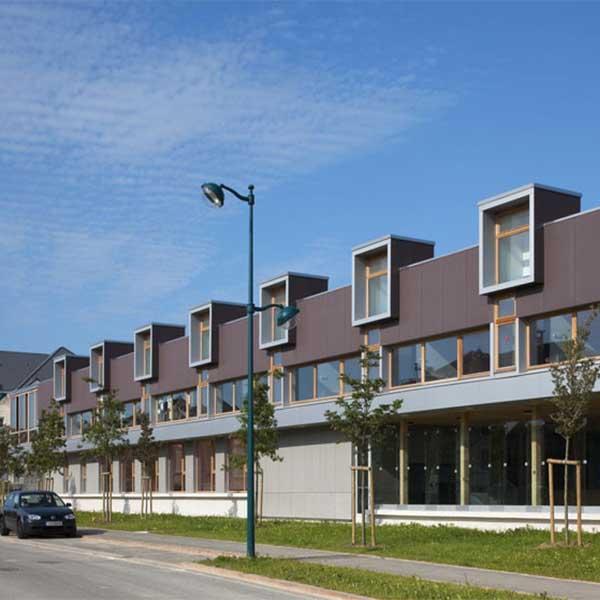 Le groupe scolaire en bois et inox Charles Fauvet par l'architecte Fabienne Bulle, à Magny Le Hongre (77) © Hervé Abbadie