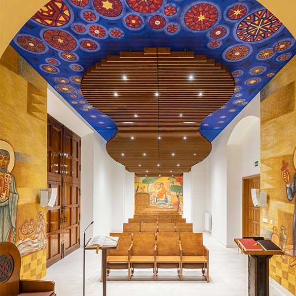 Un plafond en bois massif ondulé pour une église paroissiale