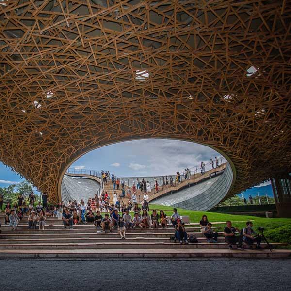 Le toit ondulé en bois et ardoise du Performing Arts Center, à Dali, en Chine, abrite un théâtre extérieur © Zhang Yao