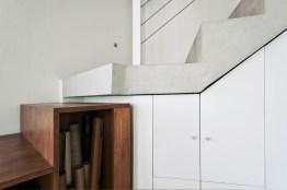 Di ricerca il dettaglio che unisce la scala tra l'elemento portante in cemento e la parte mobile in legno.