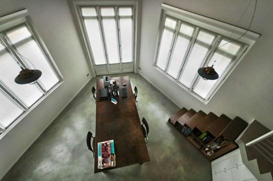 La planimetria trapeziodale dello Studio emerge dalla vista dall'alto.