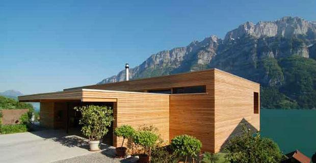 Sfumature di legno nella casa unifamiliare tra il lago e le Alpi