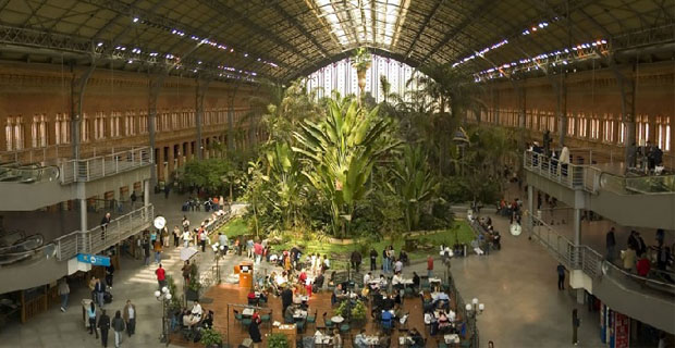La stazione metro di Madrid come una foresta tropicale in
