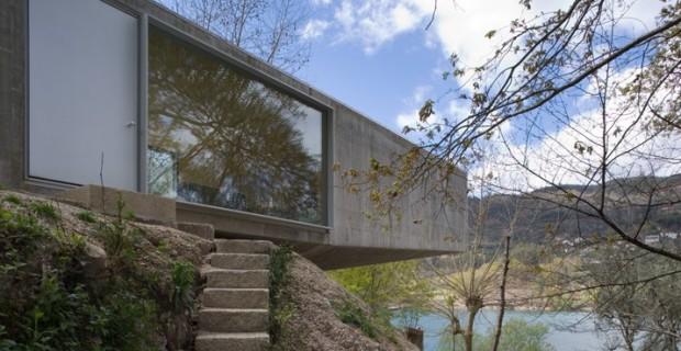 Casa ger s in portogallo una casa sospesa sul fiume for Piani di casa di roccia del fiume