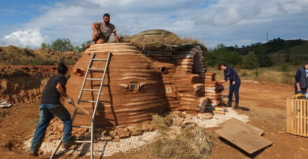 Superadobe e Earthbags costruire in terra cruda