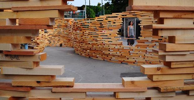 Listelli in legno e forme sinuose per il padiglione temporaneo Off the Cuff